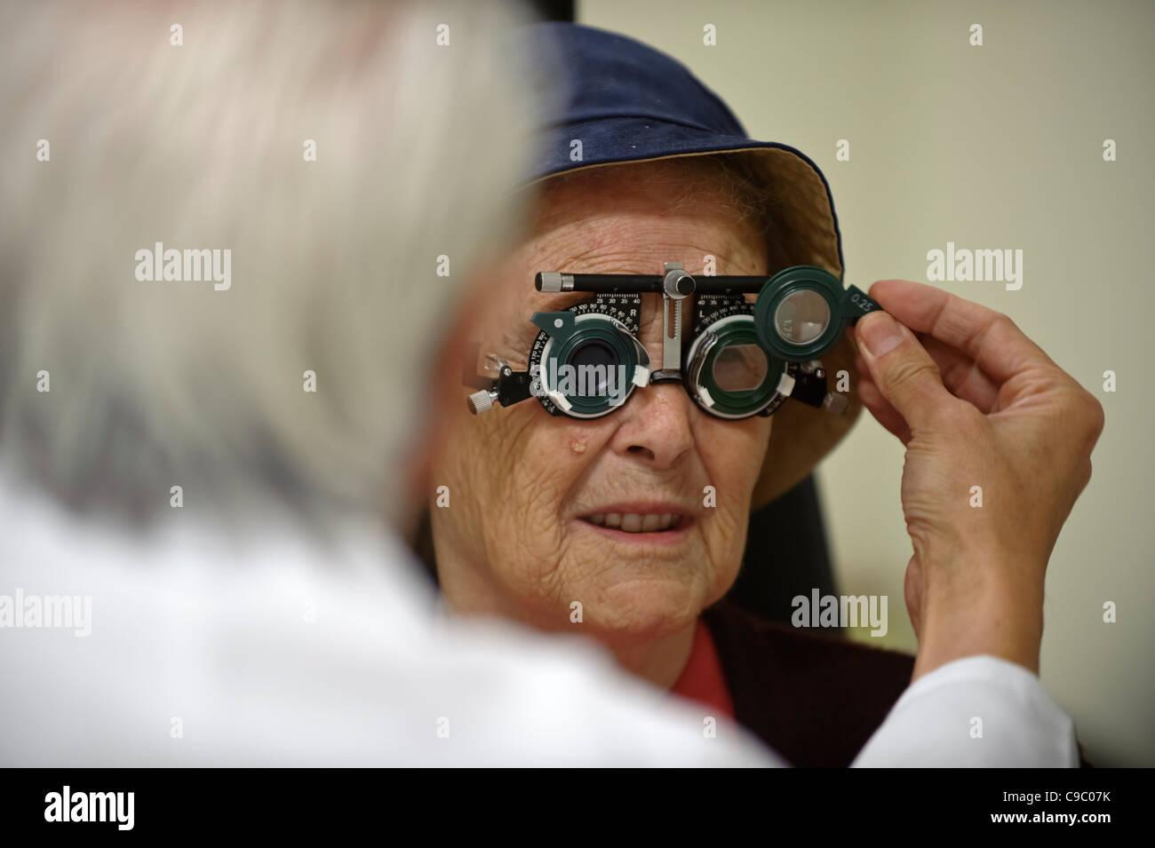 Elderly woman having her eyes tested - Stock Image