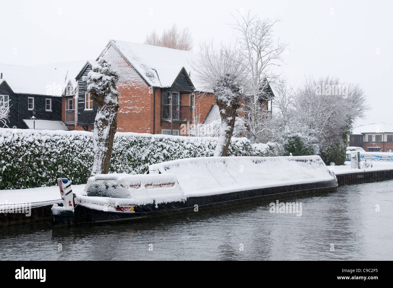 Snow comes to the Kennet & Avon canal at Newbury - Stock Image