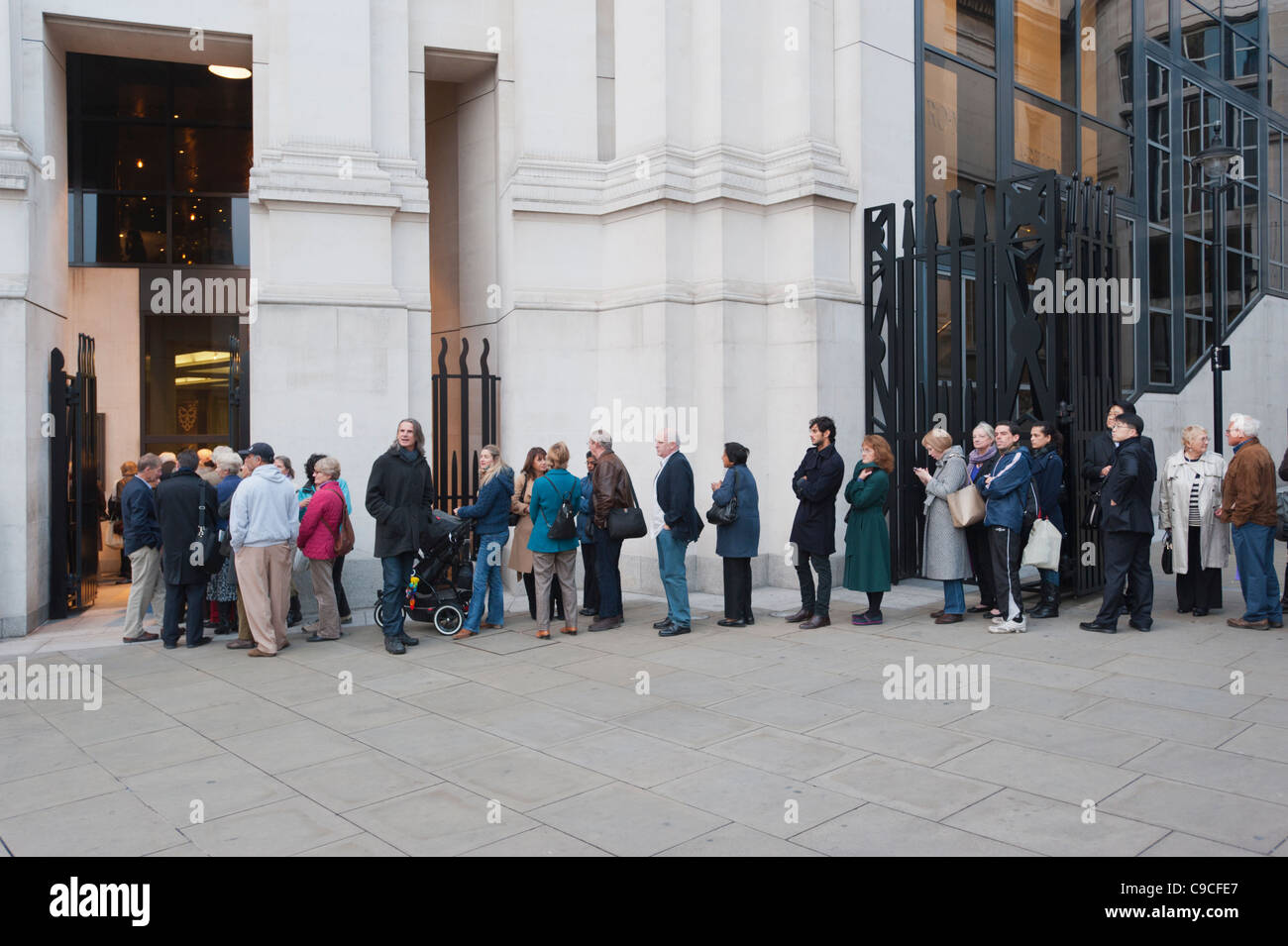 People queuing at the National Gallery in London to see the Leonardo Da Vinci Exhibition, November 2011 - Stock Image