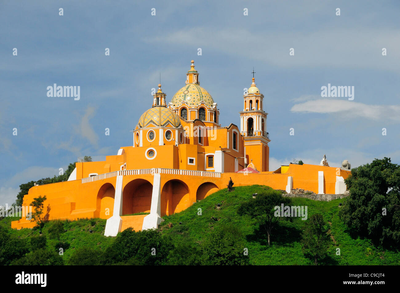 Mexico, Puebla, Cholula, Church of Neustra Senor de los Remedios or Our Lady of Remedios on wooded hillside above - Stock Image