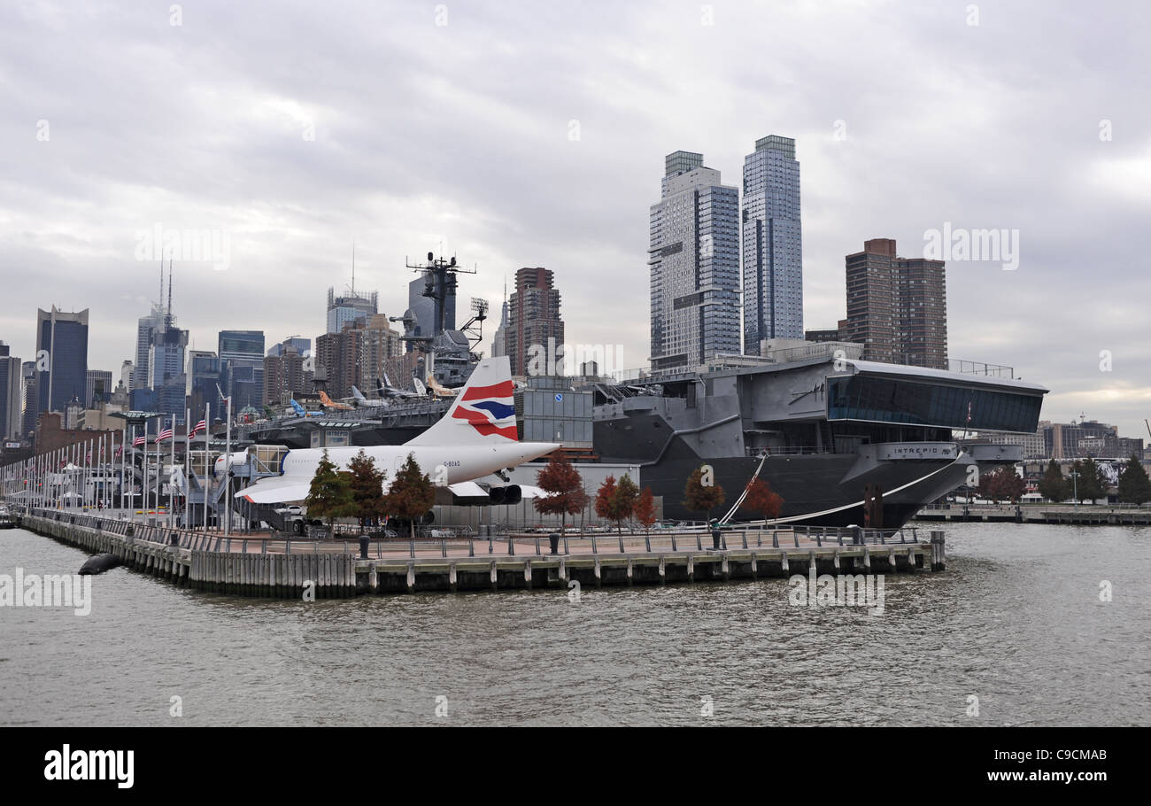 Concorde aroplane and US warship aircraft carrier now a museum moored on Hudson River Manhattan New York NYC - Stock Image