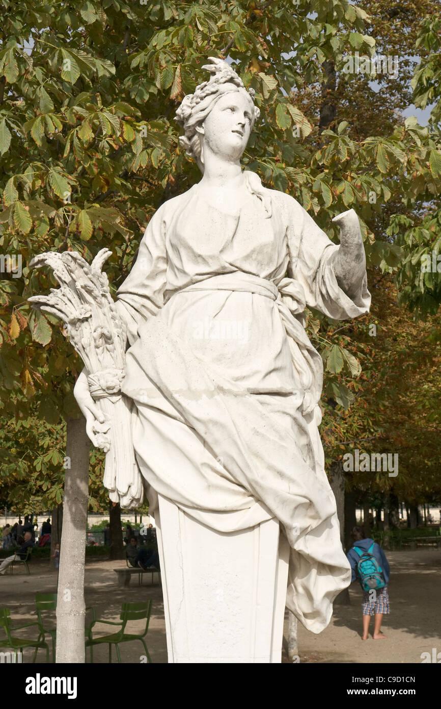 Summer statue jardins des tuileries stock photos summer statue jardins des tuileries stock - Statues jardin des tuileries ...