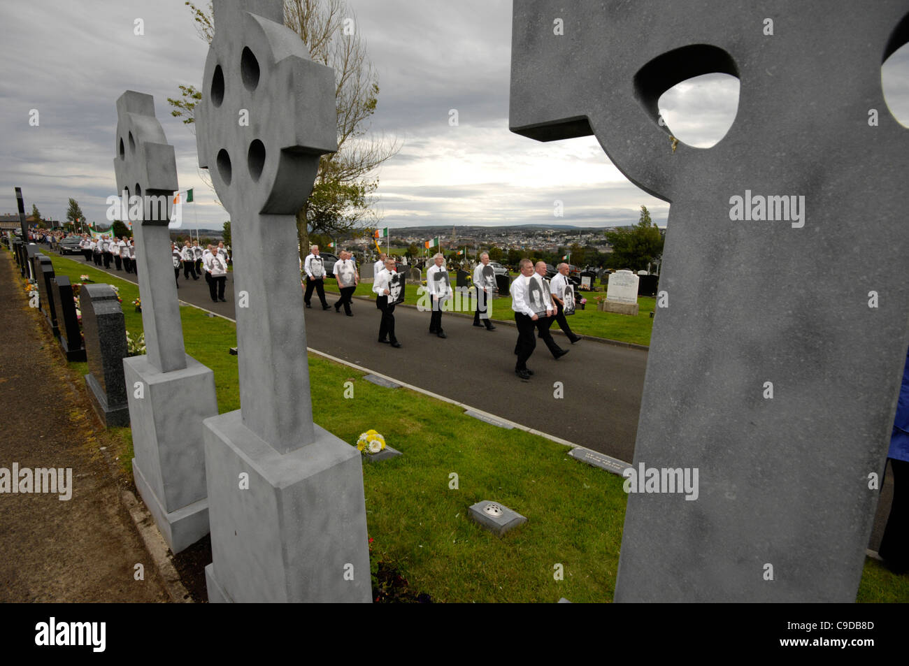 Hundreds of former Irish republican prisoners marching towards the republican plot in Londonderry, commemorating - Stock Image