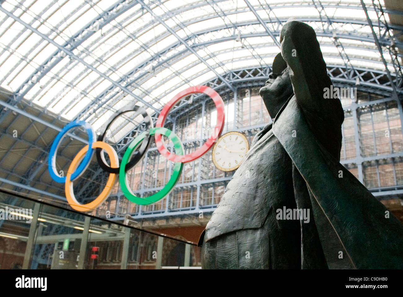 London , St Pancras Station bronze statue of the Poet Laureate Sir John Betjeman 1906 to 1984 Olympic rings - Stock Image