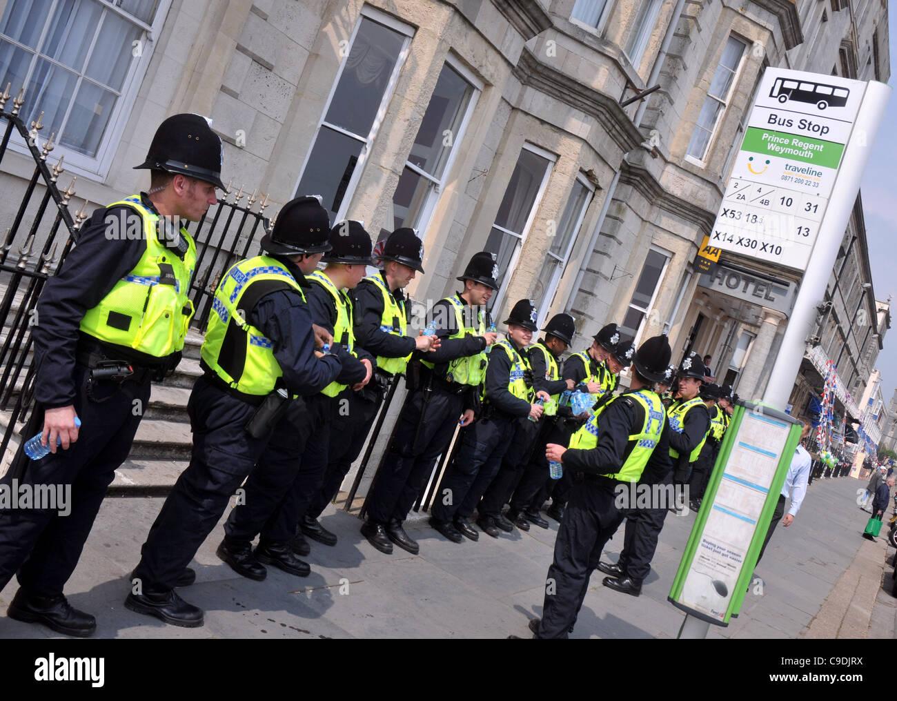 Policemen at a bus stop, Britain, UK - Stock Image