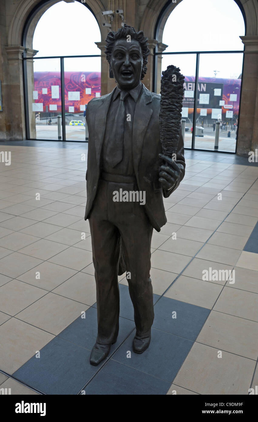 Ken Dodd and tickling stick statue at LIme Street station, Liverpool, Merseyside, Britain, UK - Stock Image
