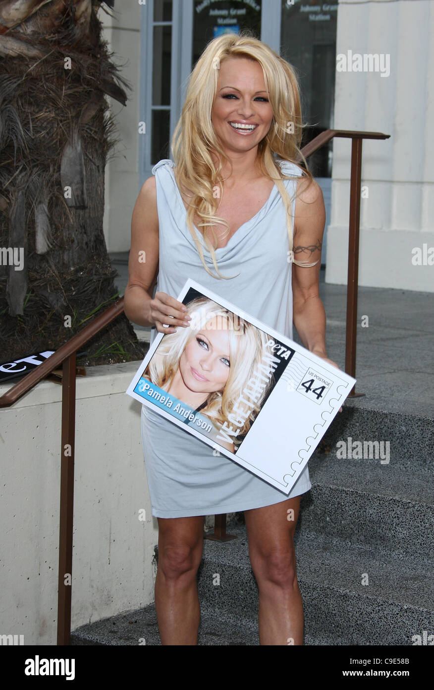 PAMELA ANDERSON PETA GOES POSTAL. VEGETARIAN ICONS POSTAGE SHEET UNVEILING. LOS ANGELES CALIFORNIA USA 29 November - Stock Image