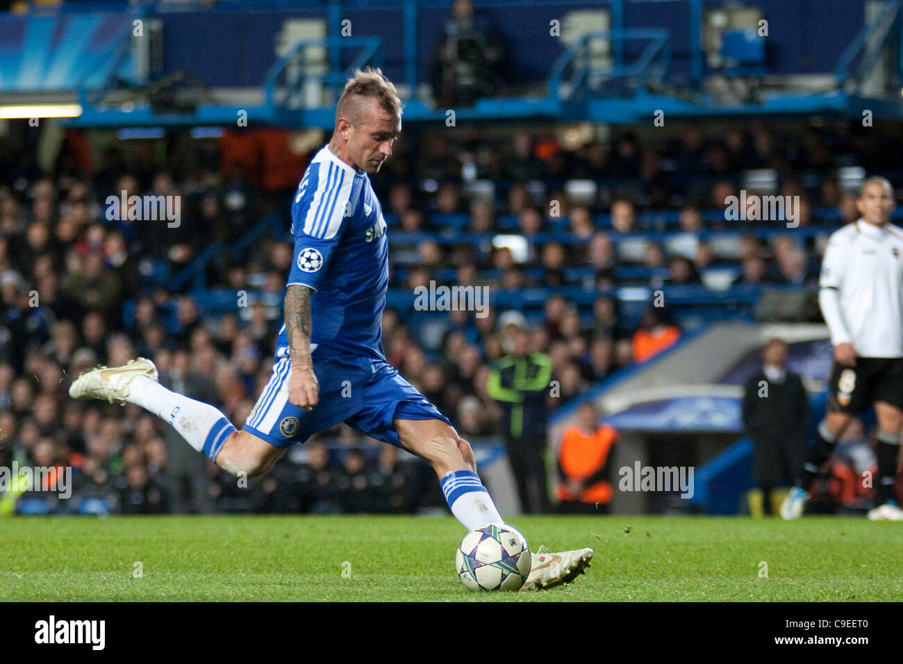 06.12.2011. London, England. Chelsea's Portuguese midfielder Raul Meireles  in action during the UEFA Champions League group match between Chelsea and  Valencia from Spain, played at Stamford Bridge Stadium Stock Photo - Alamy