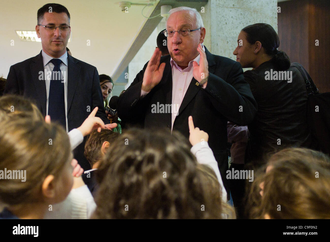 Speaker of the Knesset Reuven Rubi Rivlin (R) and Minister of Education Gideon Saar (L) interact with kindergarten - Stock Image