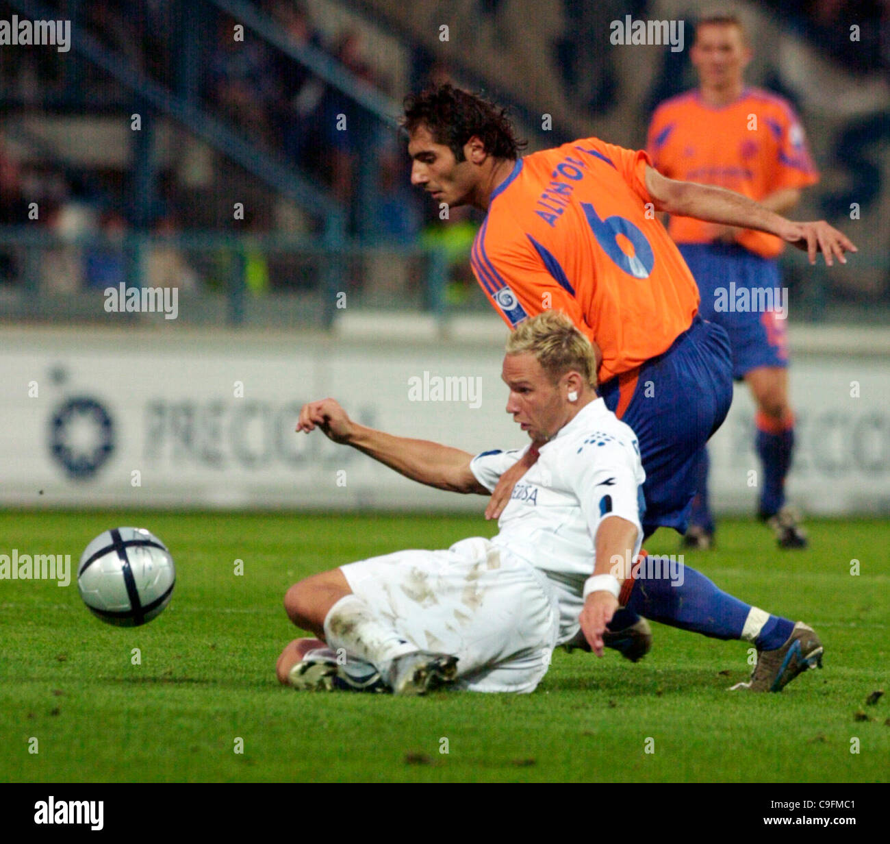 ****FILE PHOTO***Hamit Altintop of German club FC Schalke 04, right, fights for the ball with Jan Polak of Czech - Stock Image