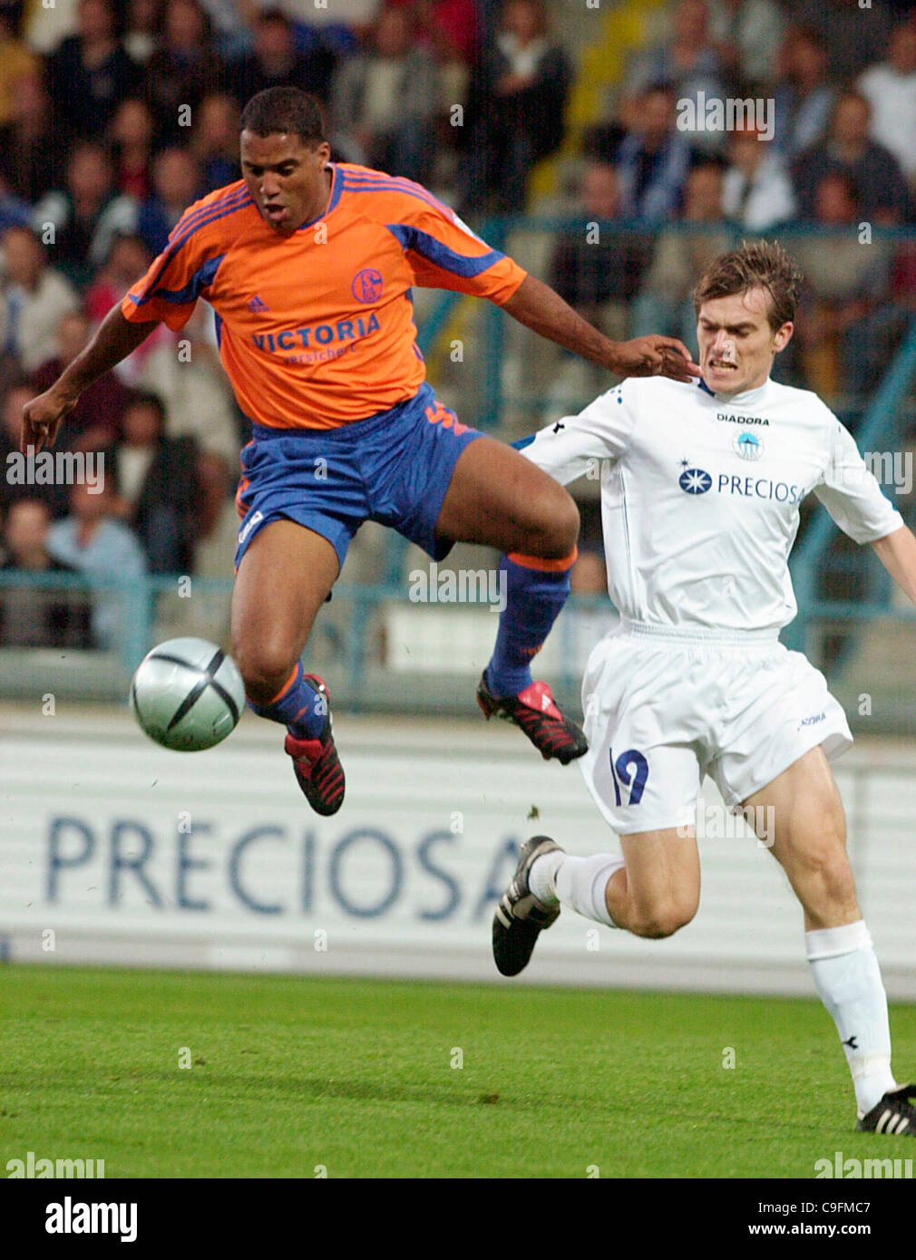 ***FILE PHOTO***Brazilian Ailton of German club FC Schalke 04, left, fights for the ball with Peter Singlar of Czech - Stock Image