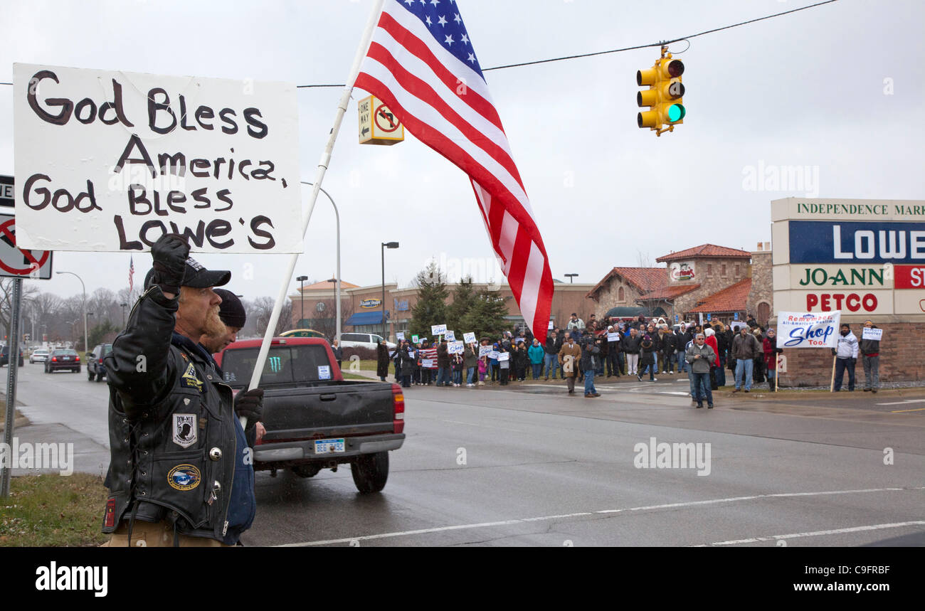 Allen Park, Michigan - An interfaith group of Muslim, Baptist and other religious leaders picketed a Lowe's - Stock Image