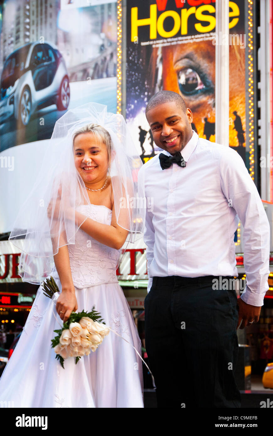 Manhattan, New York, USA: A bride and groom pose for pictures in Times Square, NYC, on Tuesday, January 24, 2012, Stock Photo