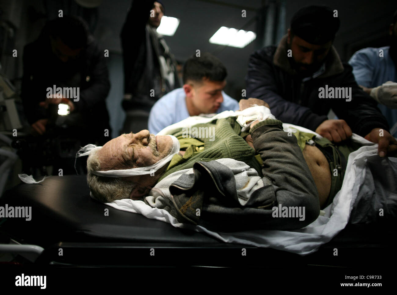 Feb. 12, 2012 - Gaza City, Gaza Strip, Palestinian Territory - Palestinian medical workers examine the body of Abdelkarim - Stock Image