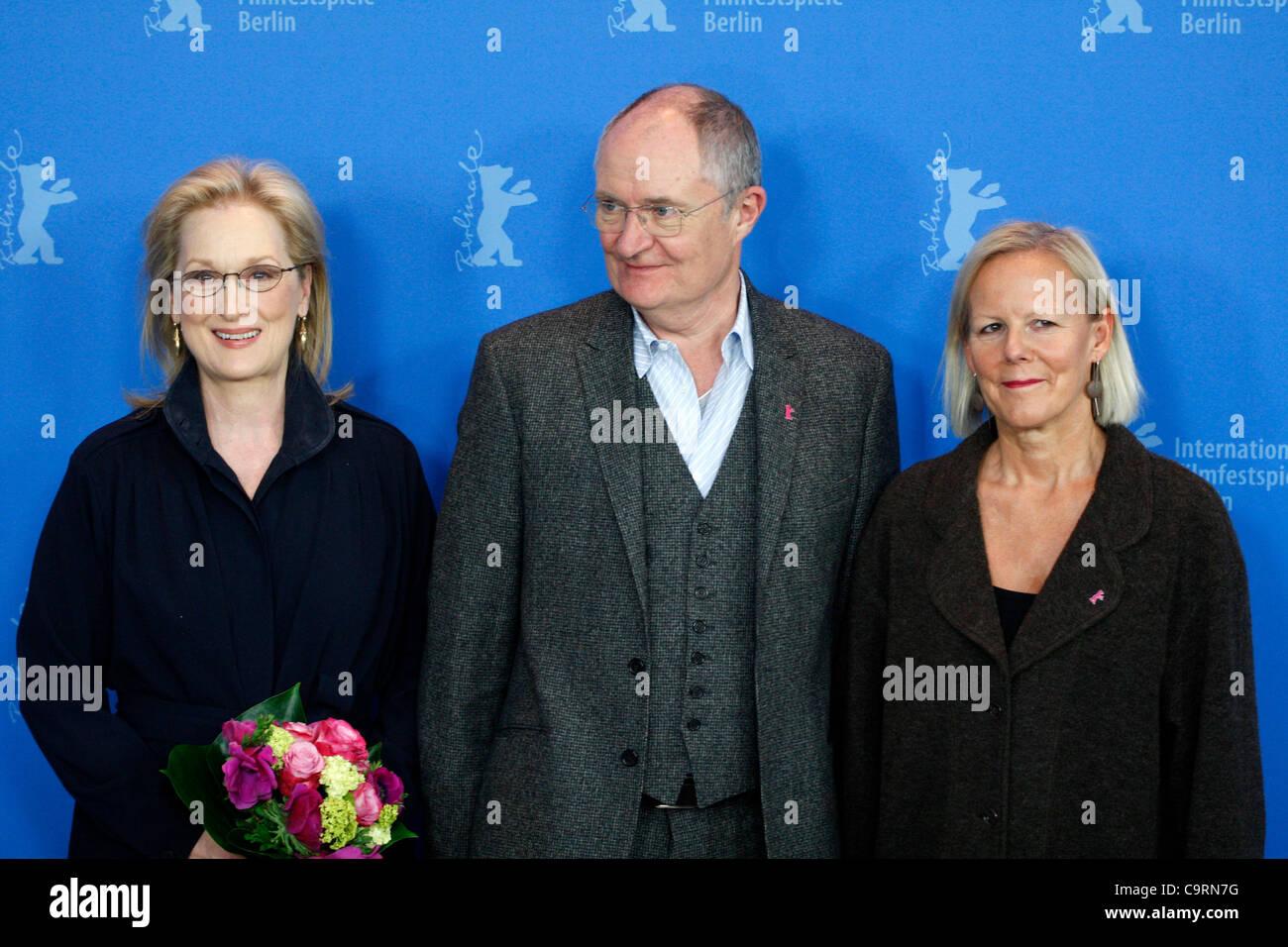 14 February 2012 Berlin Germany. Actress MERYL STREEP, actor JIM BROADBENT and director PHYLLIDA LLOYD pose for - Stock Image