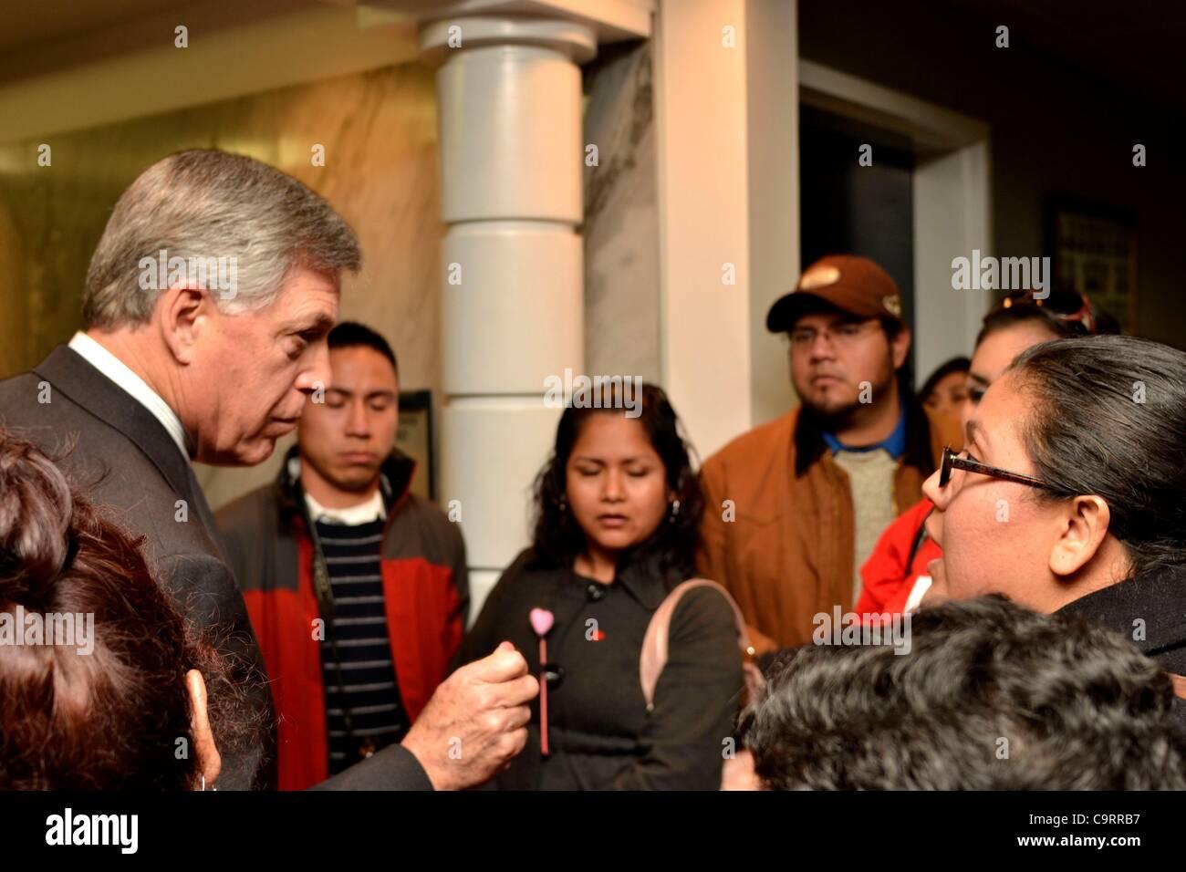 Alabama State Senator Gerald Allen, Republican, (left) tells immigrant activist Maria Garcia of Tuscaloosa, AL, - Stock Image