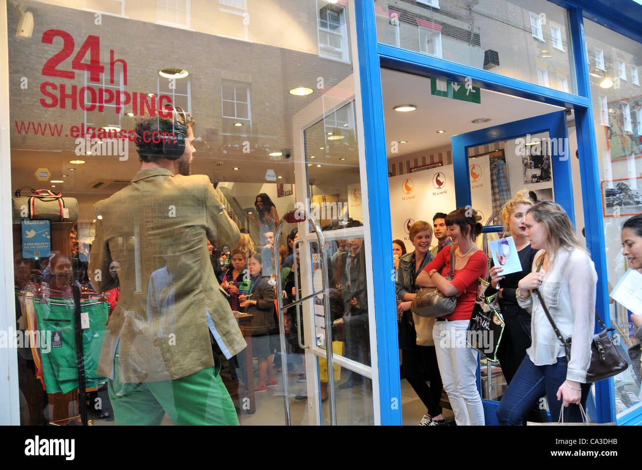 A singer performs in 'El Ganso' Spanish fashion store on Carnaby Street as part of 'Carnaby 20% Shopping - Stock Image
