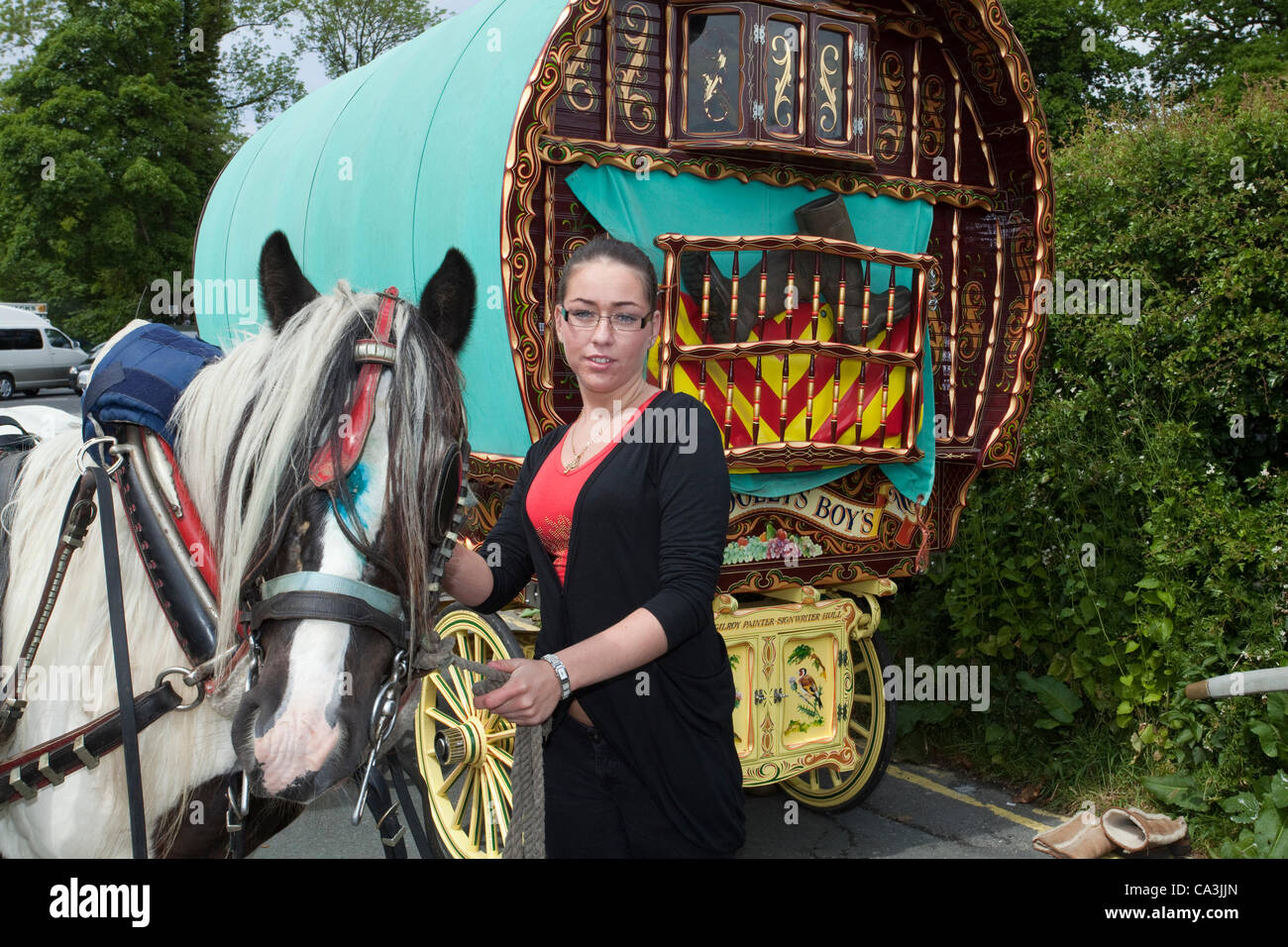 Victoria Lee with Bow Top decorated Carriage and Cob horse in Kirkby Lonsdale at the assembly point  for the Appleby - Stock Image