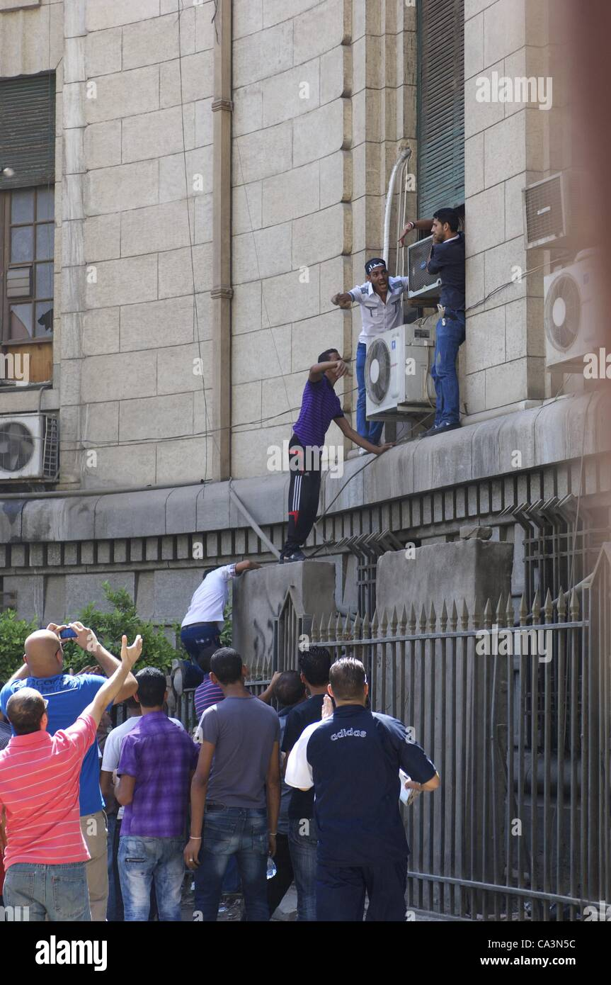 June 2, 2012 - Cairo, Egypt - Egyptian protesters scale the