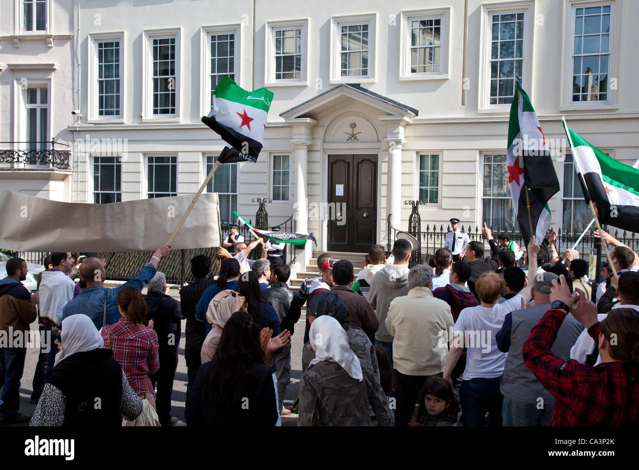 LONDON, UK, 2nd June. 2012 The entrance of the Saudi Arabia Embassy in Mayfair with a group of Syrians protesters - Stock Image