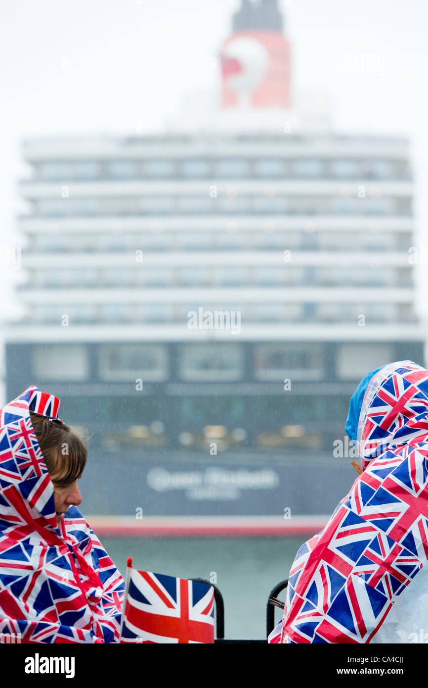 SOUTHAMPTON, UK, 5th June 2012. Spectators view the Queen Elizabeth cruise liner during the 'Three Queens' - Stock Image