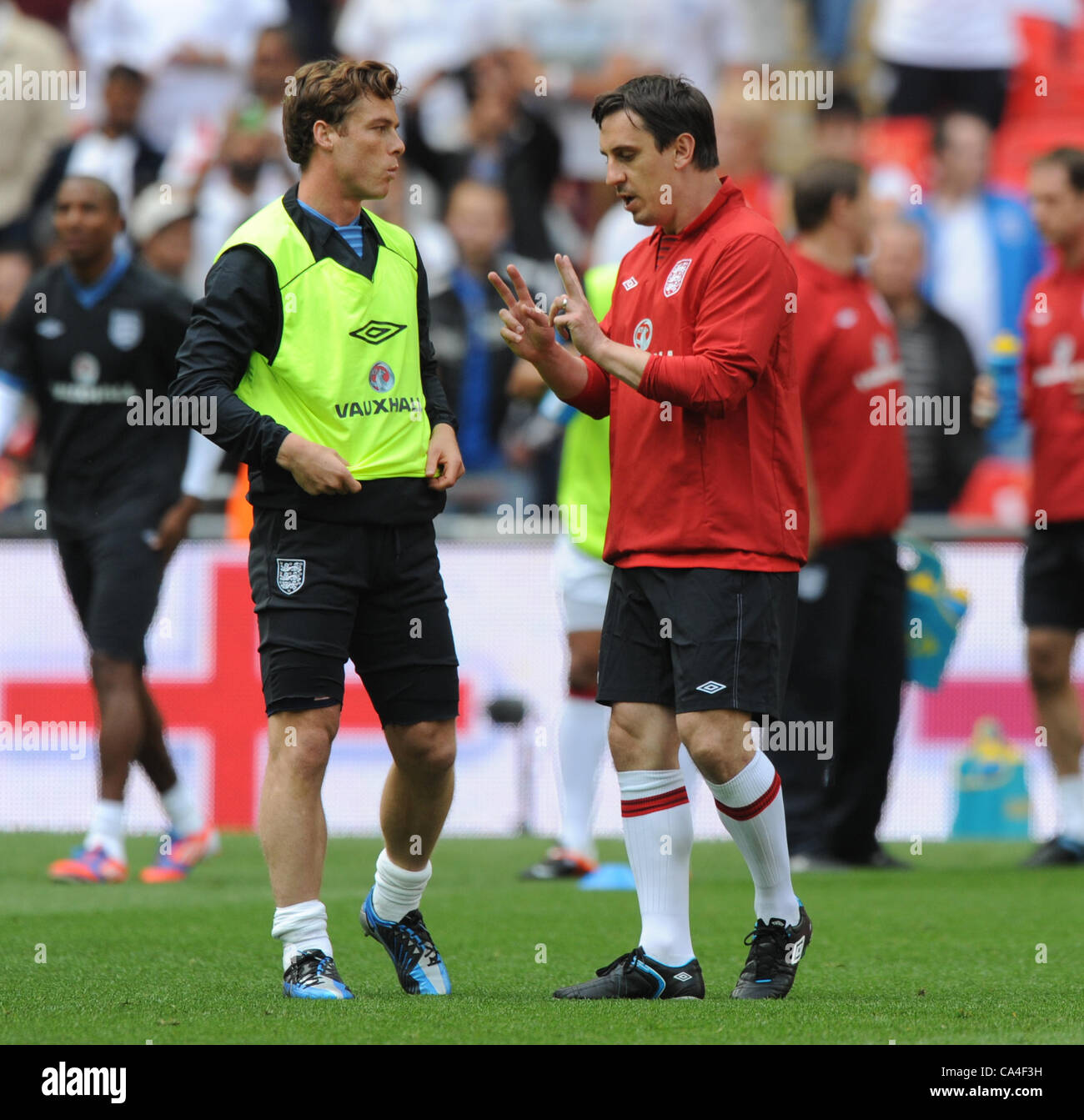 SCOTT PARKER TALKS TO GARY NEV ENGLAND WEMBLEY STADIUM LONDON ENGLAND 02 June 2012 - Stock Image