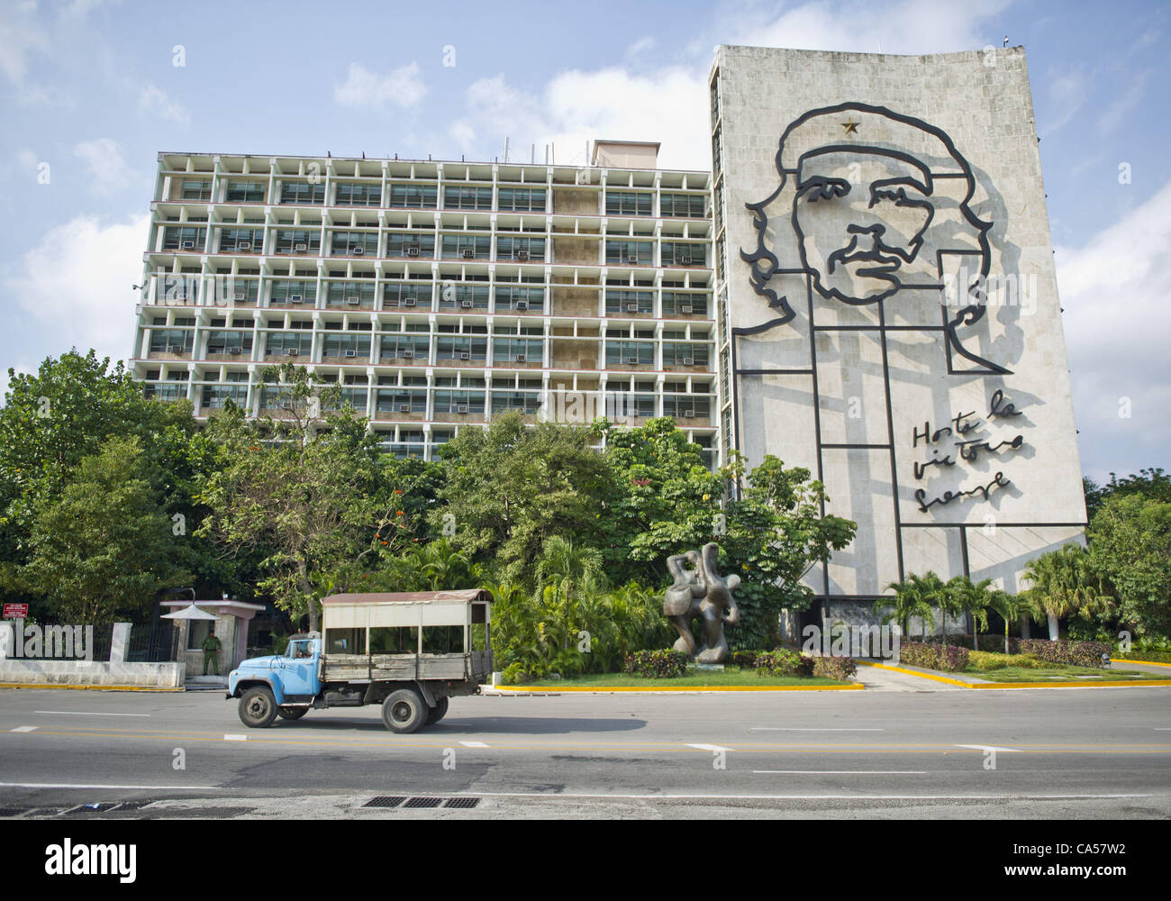 May 6, 2012 - Havana, U.S. - Revered revolutionary hero Che GuevaraÕs image adorns the side of a government - Stock Image