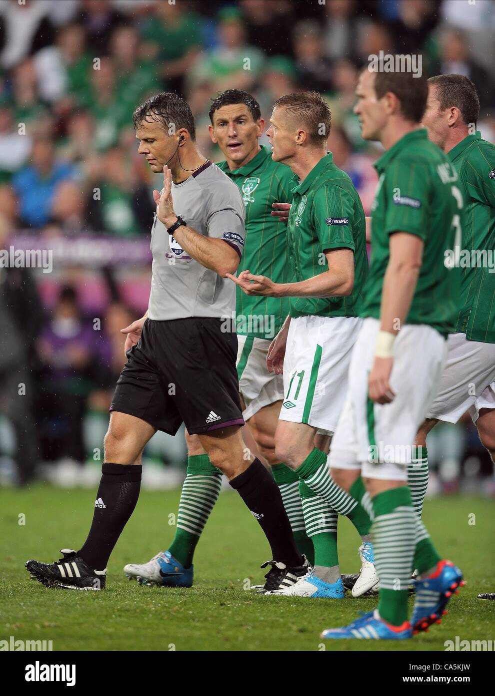 DAMIEN DUFF COMPLAINS TO THE R REP. OF IRELAND V CROATIA MUNICIPAL STADIUM POZNAN POLAND 10 June 2012 - Stock Image