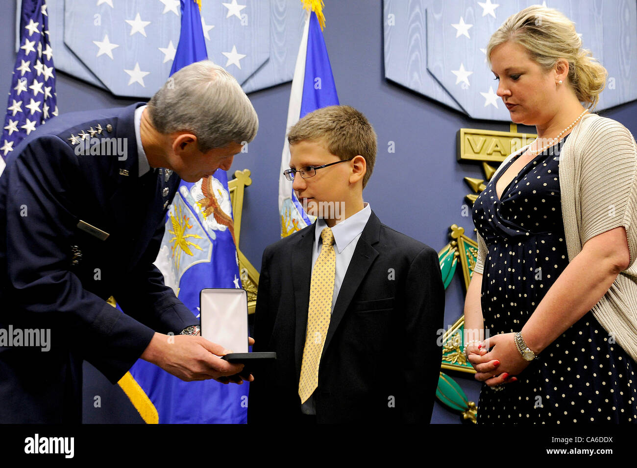 Trey Powers and Lindsey Barry, grandchildren of U2 pilot Capt. Francis Gary Powers are awarded the Silver Star posthumously - Stock Image