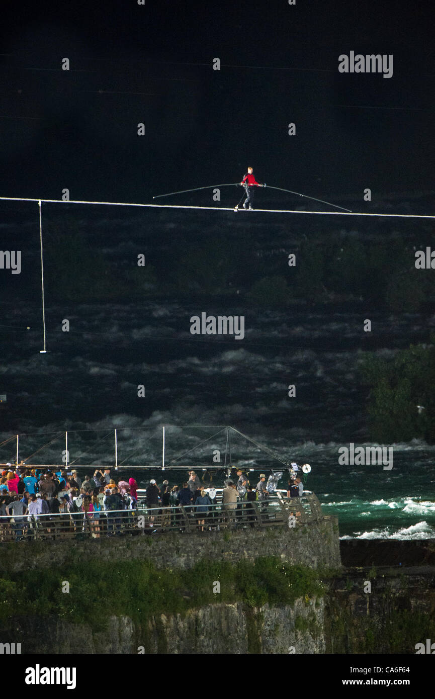 Niagara Falls, USA. Nik Wallenda tightrope walks across Niagara Falls on June 15 2012 - Stock Image
