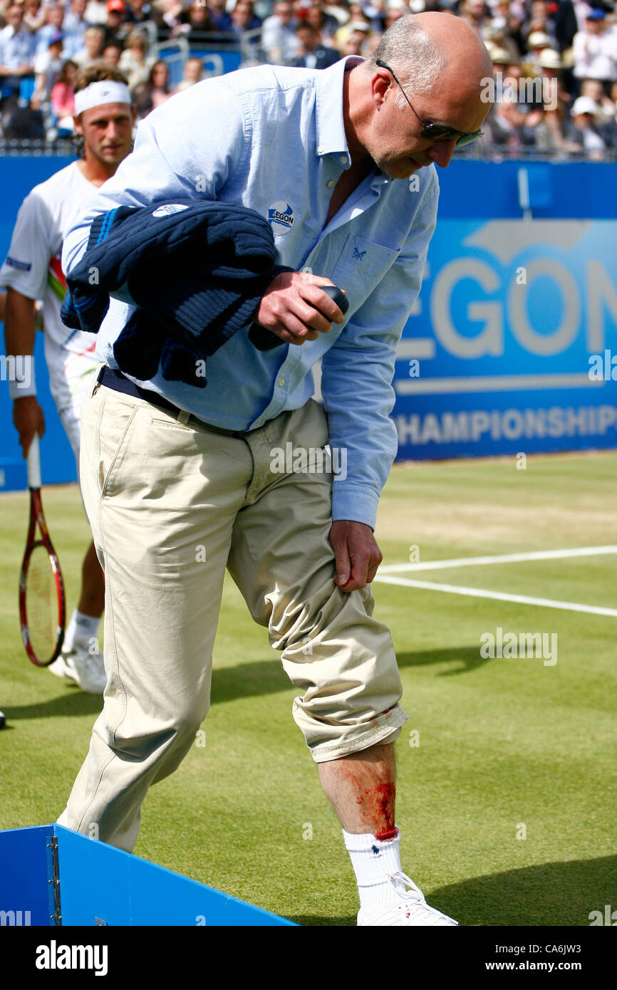 17.06.12 Queens Club, London, ENGLAND: Nalbandian is distraught after injuring the linesman.  Marin Cilic(CRO) vs - Stock Image