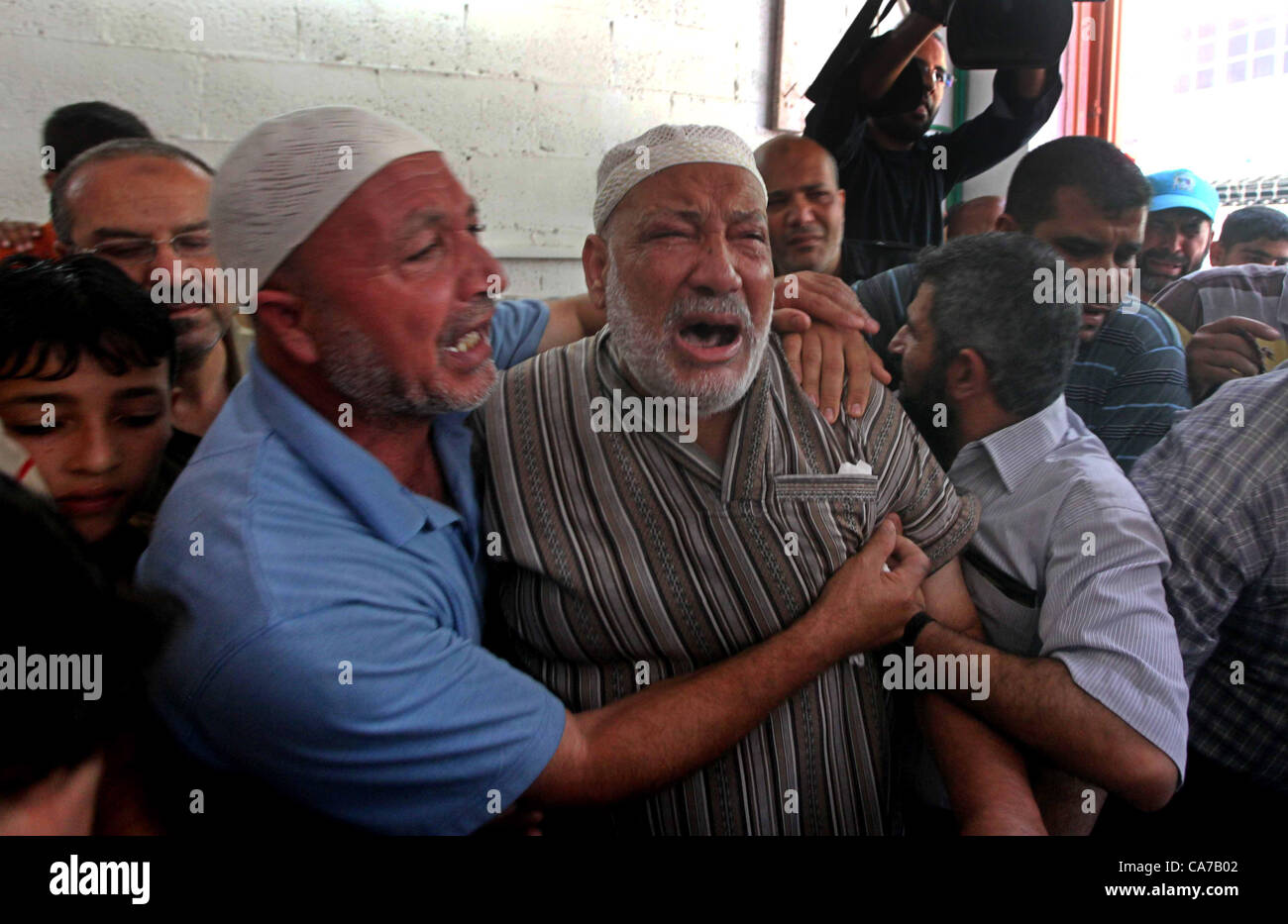 June 20, 2012 - Gaza City, Gaza Strip, Palestinian Territory - Palestinian Mohammed al-Dam grieves during the funeral - Stock Image