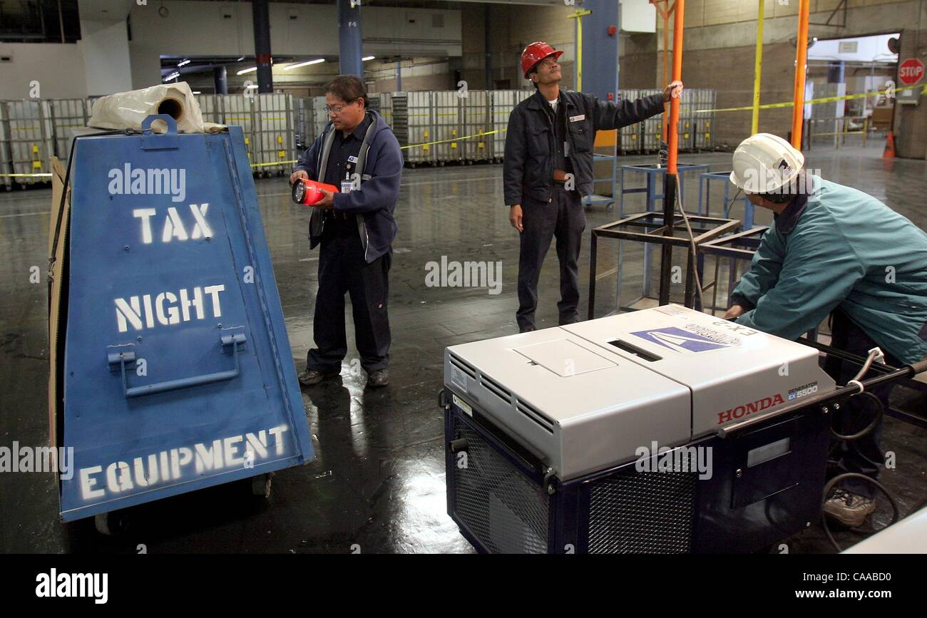 (Published 4/14/2005, B-1:1,6,7, B-12:2)  At the Midway Main Post Office, building equipment mechanics Paul Lumba, - Stock Image