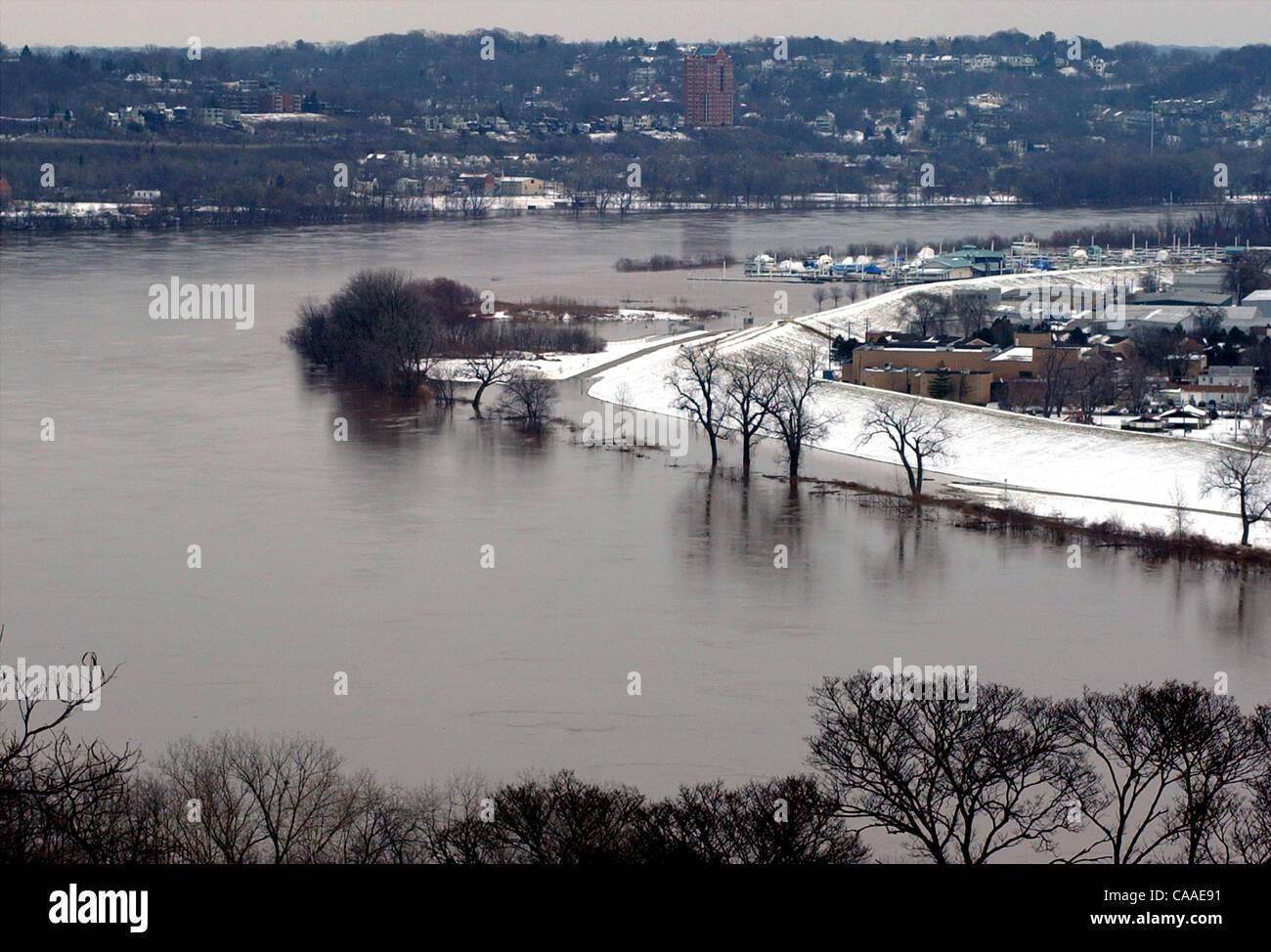 Feb 26 2003 Cincinnati Ohio Usa The Rising Waters Of The Ohio