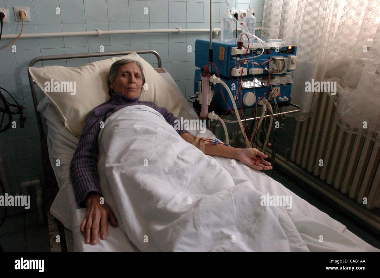 Mar 22, 2004; Kosovo, SERBIA; An elderly Serbian women at the hospital in Kosovska Mitrovica. She was injured during - Stock Image