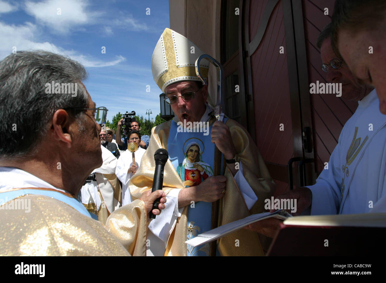 (Center) Bishop Allen H. Vigneron <cq>, from Diocese of Oakland, blesses the front door of the new Immaculate - Stock Image