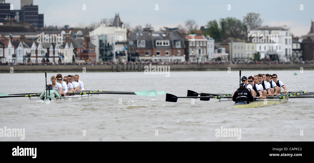 London, UK. 07 April, 2012. The 158th Xchanging University Boat Race Oxford (dark blue) Vs Cambridge (light blue) - Stock Image