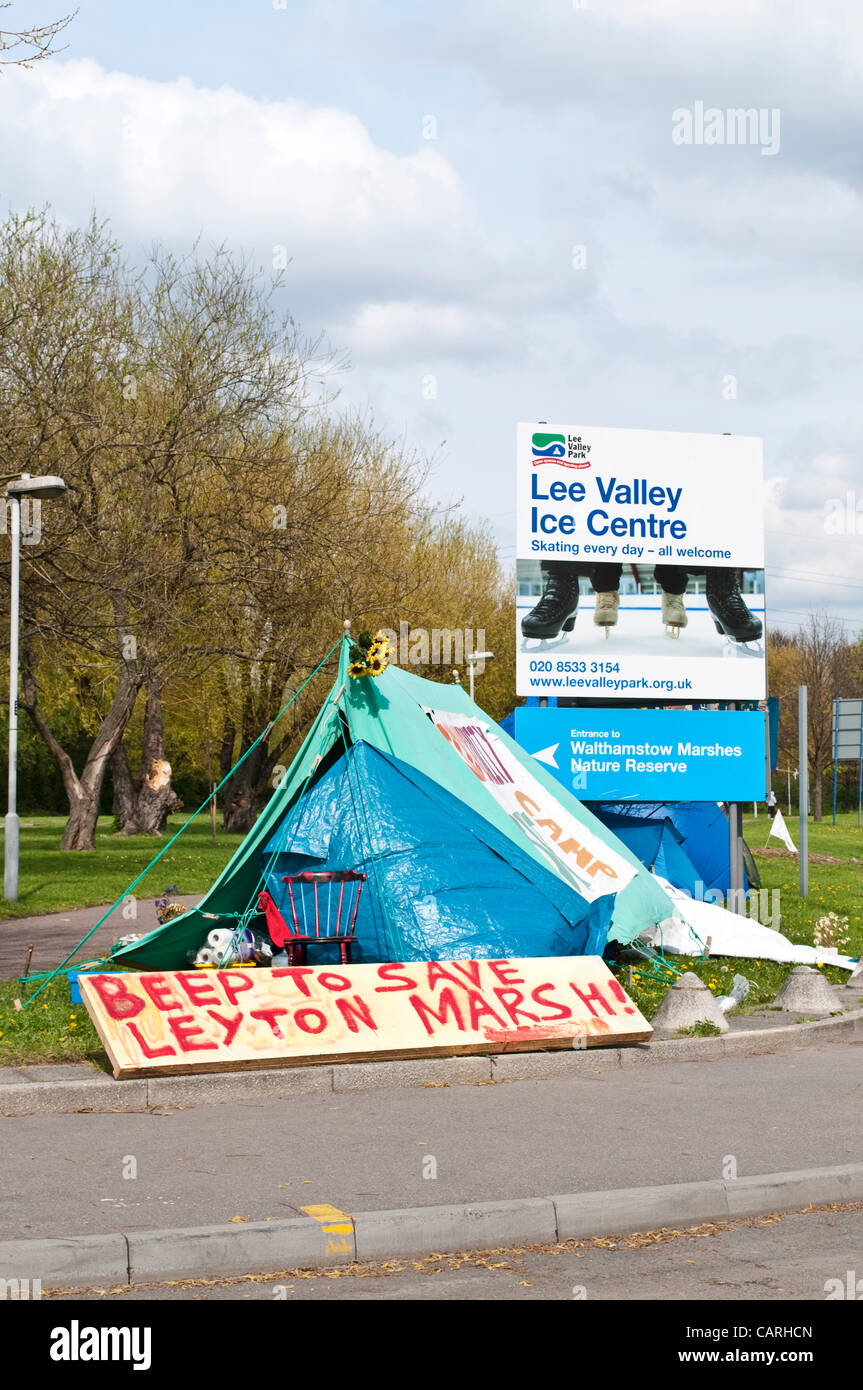 Beep to Save Leyton Marsh banner. Protesters against the construction of Olympic basketball training ground on Layton - Stock Image