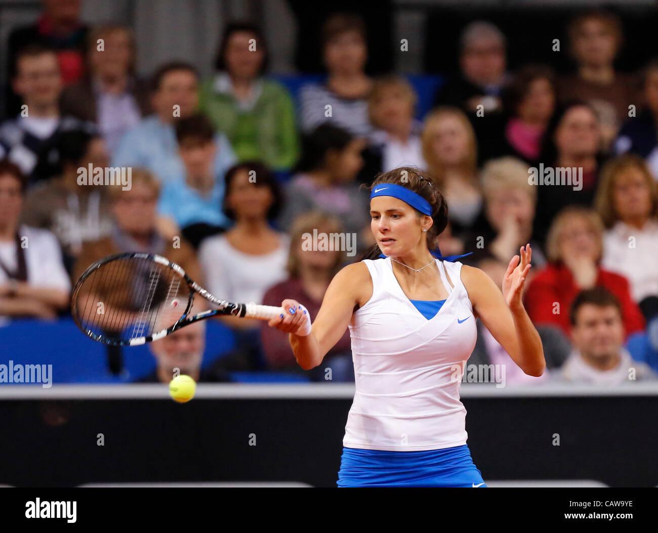 Julia GOERGES (GER)  Aktion Aufschlag,  Portrait, Kopf, Gesicht, Tennisball, Einzelbild mit Zuschauern  beim Porsche - Stock Image