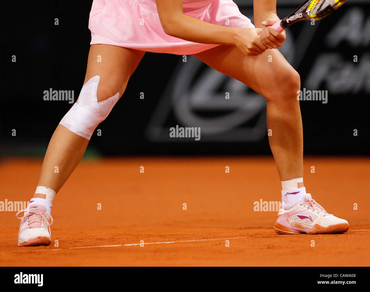 Symbolbild und Illustration Pflaster Verband am verletzten Knie einer Spielerin , Beine,Aktion Aufschlag,  Portrait, - Stock Image