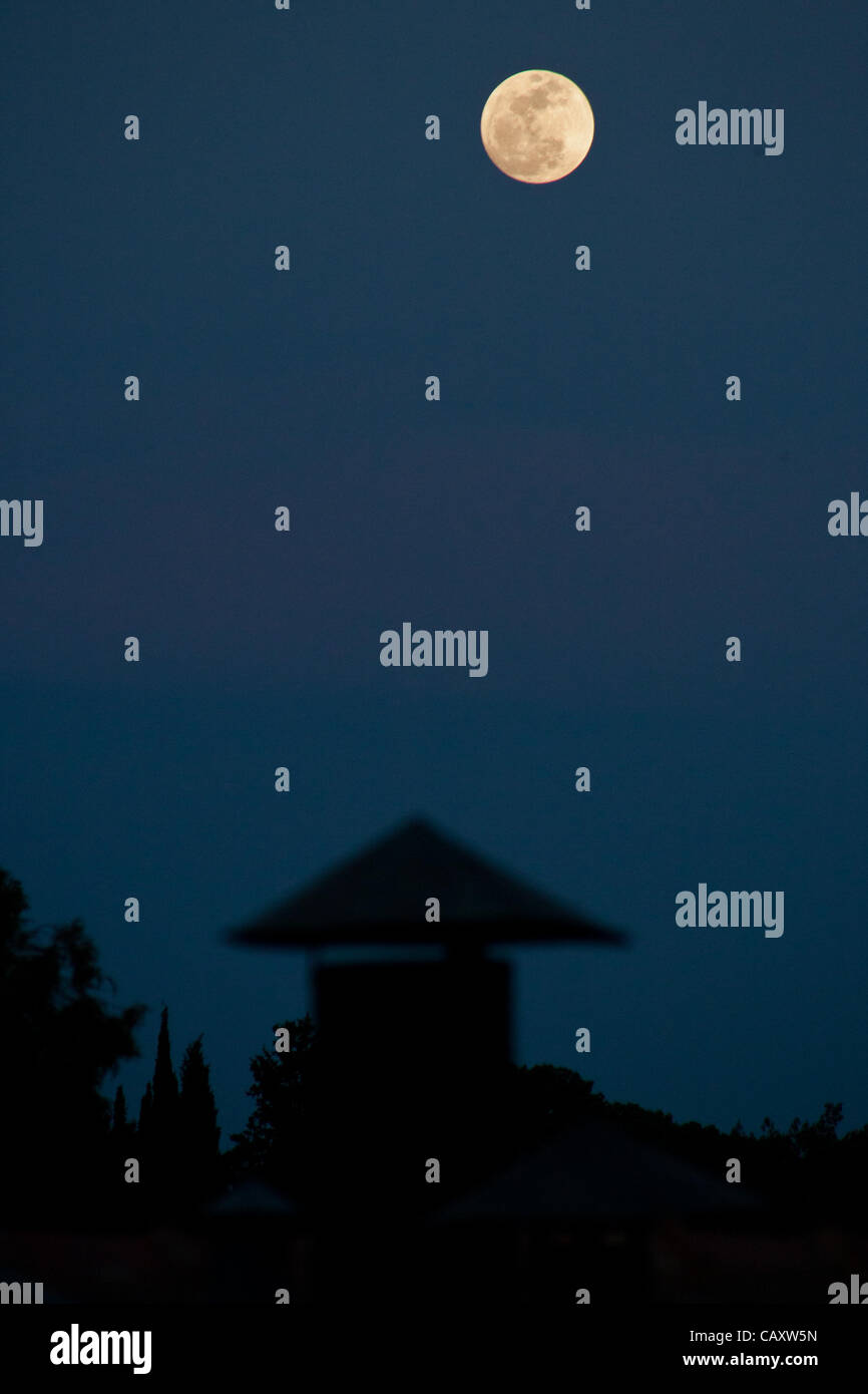 The biggest full moon of 2012, called the 'Supermoon' or perigee full moon, rises over the rooftops of Yamin Moshe - Stock Image