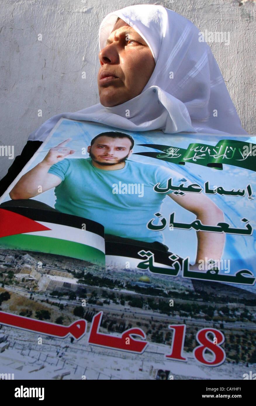Jerusalem, Jerusalem, Palestinian Territory - Palestinian woman holds up portrait of Palestinian prisoner, held - Stock Image
