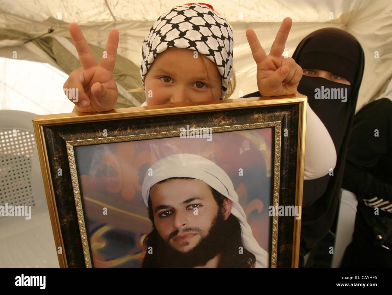 Jerusalem, Jerusalem, Palestinian Territory - Palestinian child holds up portrait of Palestinian prisoner, held - Stock Image