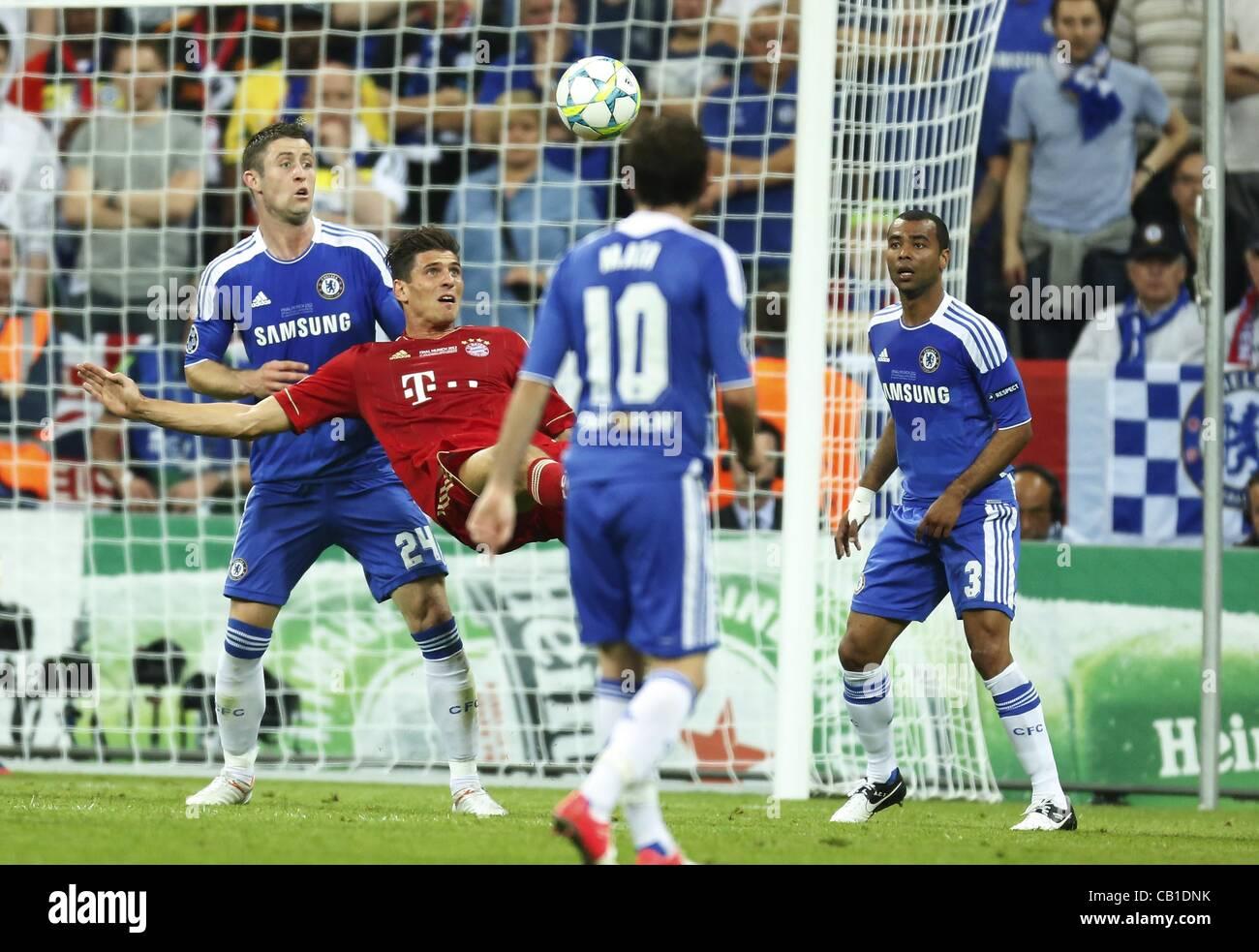 Mario Gomez ( Bayern #33 ) im Zweikampf , Aktion um den Ball gegen Ashley COLE, Chelsea3, Gary CAHILL, Chelsea24 - Stock Image