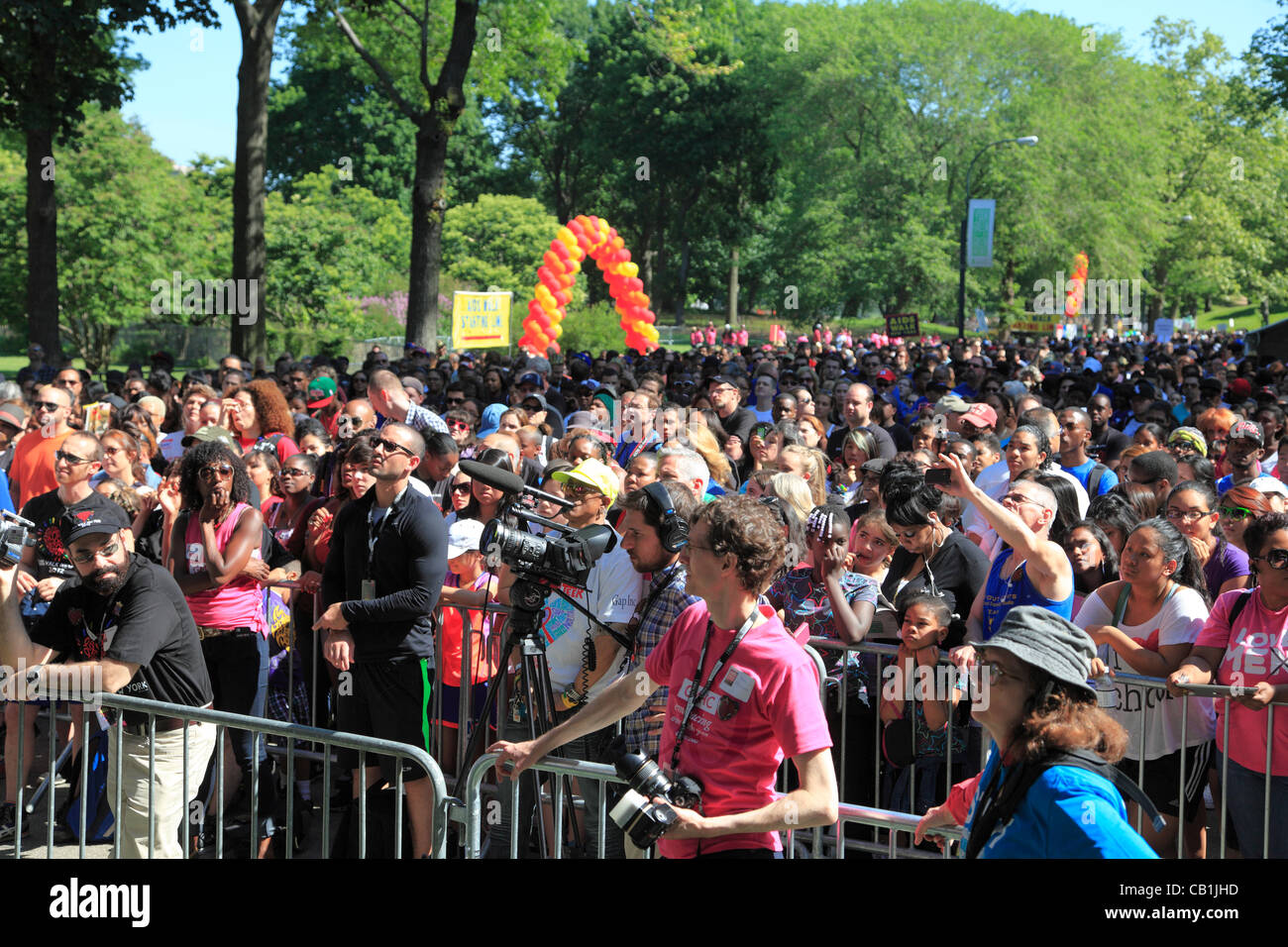 Crowds watch the 27th annual AIDS Walk New York, the world's largest HIV/AIDS fundraising event, Central Park, New York City, USA on Sunday, May 20th, 2012. Stock Photo