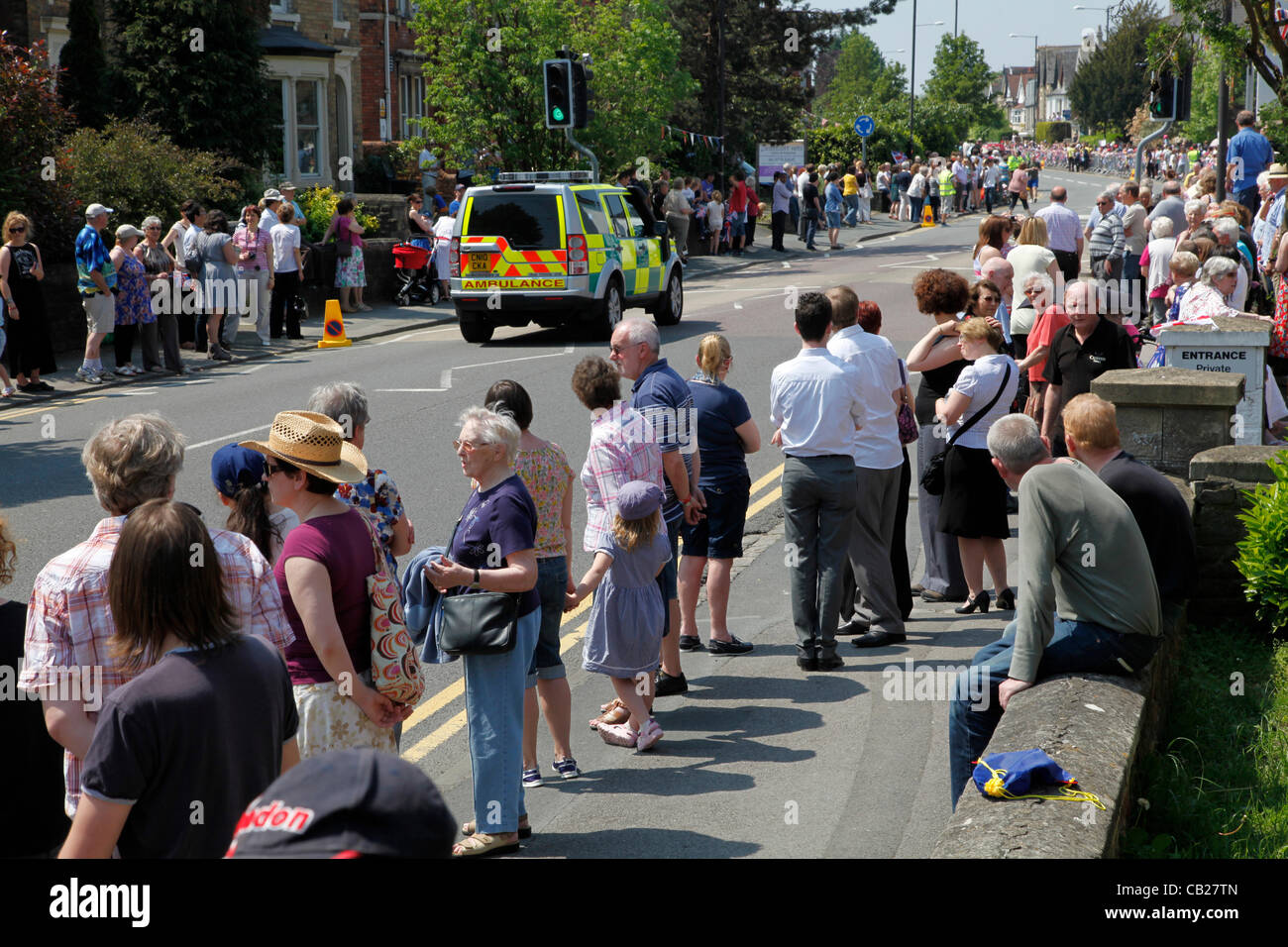 Wednesday 23rd May 2012, Swindon, Wiltshire, UK. Crowd along Bath Road in Swindon waiting for the Olympic Torch - Stock Image