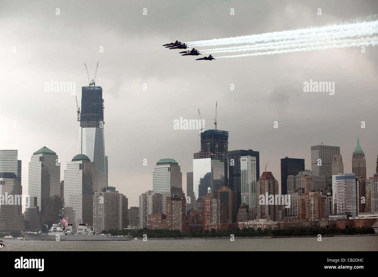 The US Navy Blue Angels performs a fly over of lower Manhattan at the start of Fleet Week May 22, 2012 in New York - Stock Image