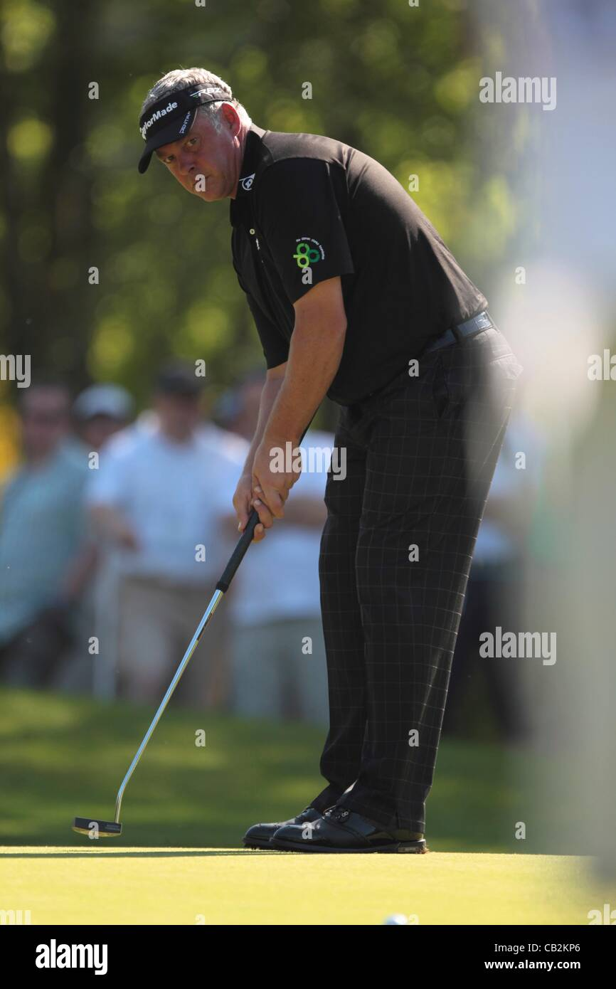 25.05.2012 Wentworth, England. Darren Clarke (NIR) in putting action during the BMW PGA Championship, second round. - Stock Image