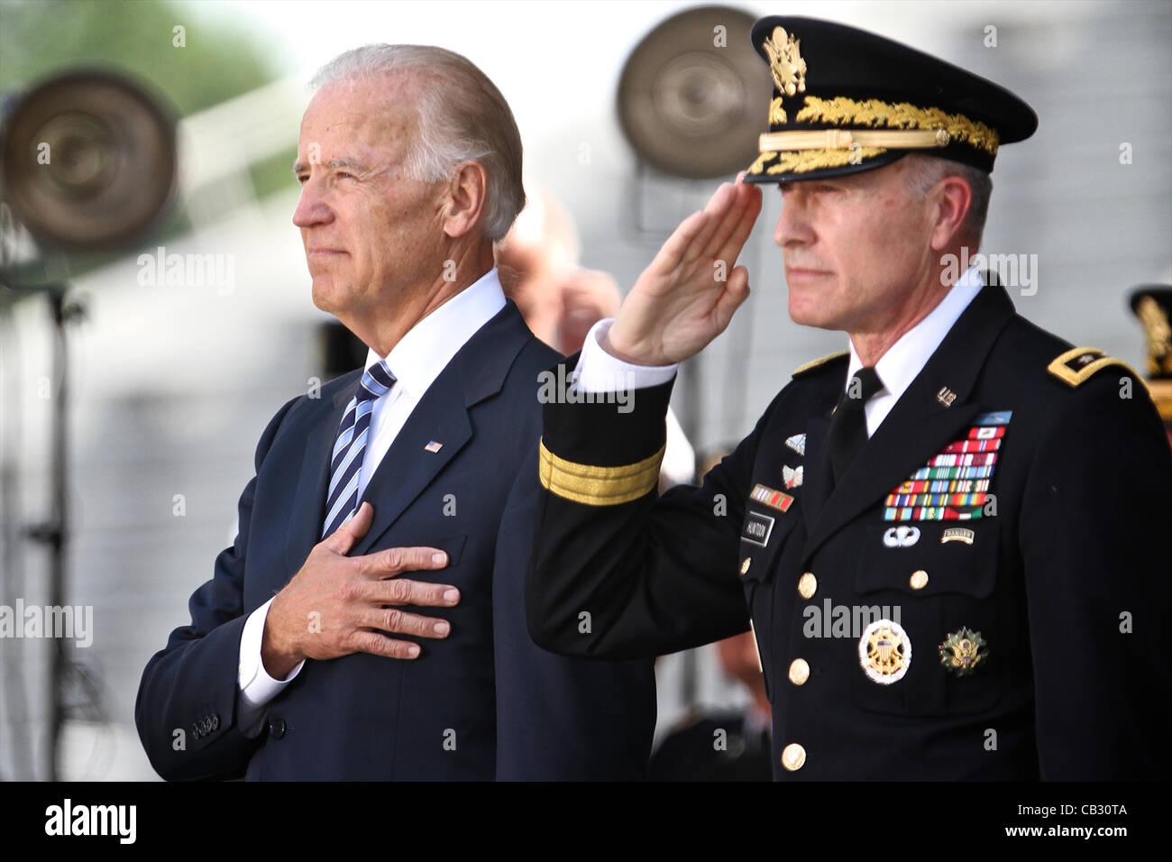 Vice President Joe Biden stands for the pledge with Superintendent Lieutenant General David Holmes Huntoon, Jr. - Stock Image