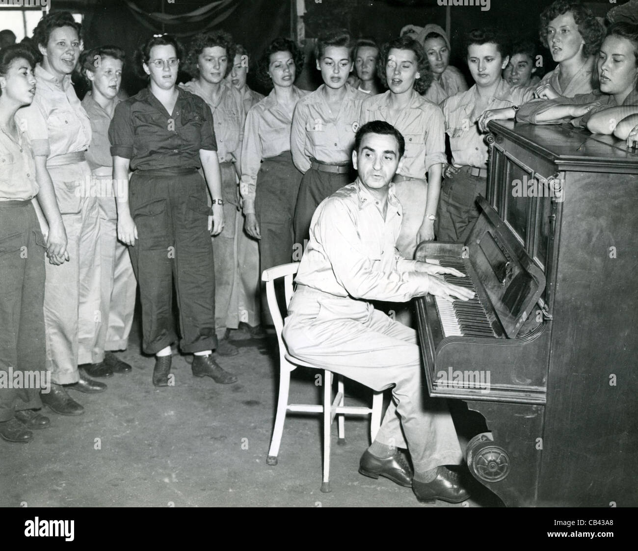 IRVING BERLIN plays for US Army WACS at their mess hall in USAFFE HQ, Hollandia, Dutch New Guinea on 24 December - Stock Image